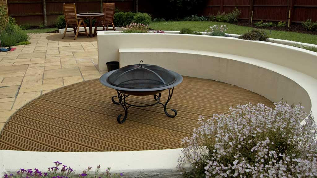 Suburban style rogerstone gardens cardiff garden design for Gardens with decking and paving